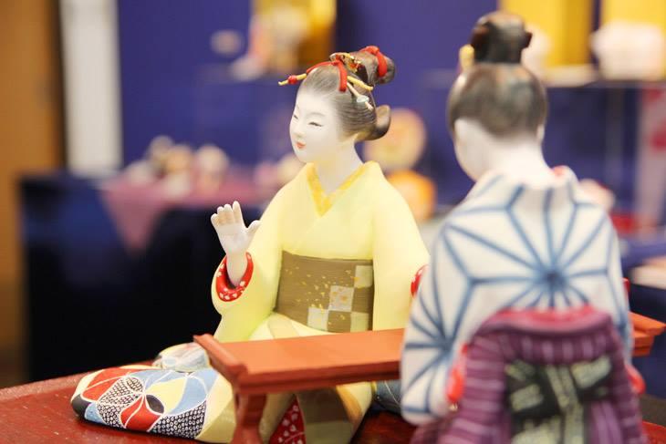 博多人形師 緒方恵子の作品「当世女子化粧爪装処」