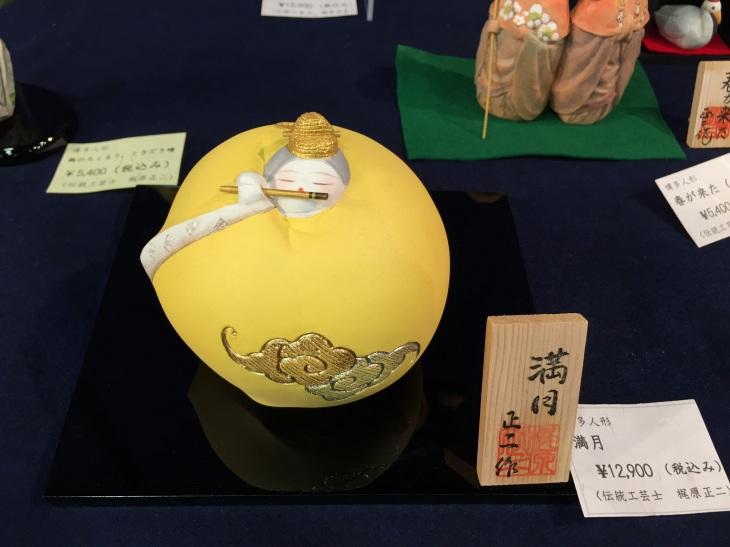 はかた伝統工芸館での梶原正二博多人形工房「第4回 ちいさな癒し展」で展示販売されている博多人形の作品「満月」
