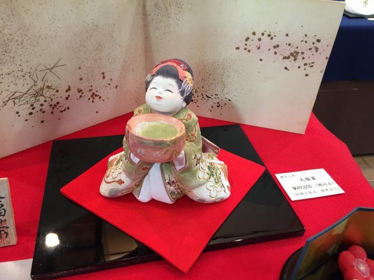 はかた伝統工芸館での梶原正二博多人形工房「第4回 ちいさな癒し展」で展示販売されている博多人形の作品「大福茶」