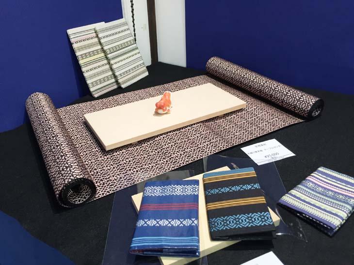 宮嶋美紀制作の博多織の敷物、名刺入れ