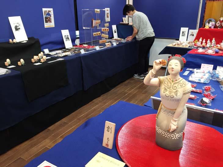 はかた伝統工芸館で開催の「灯す~日々をつなぐ工芸~」展での博多人形師 緒方恵子の作品「創」