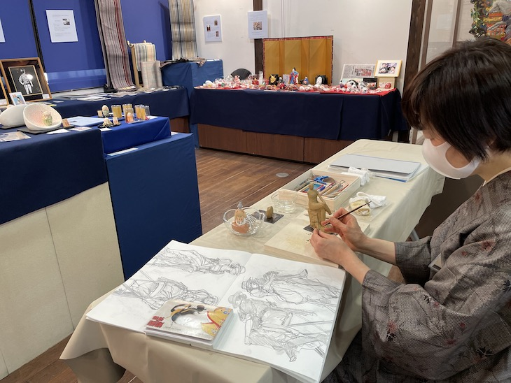 工芸との出会い展で博多人形師緒方恵子による博多人形制作実演が行われています