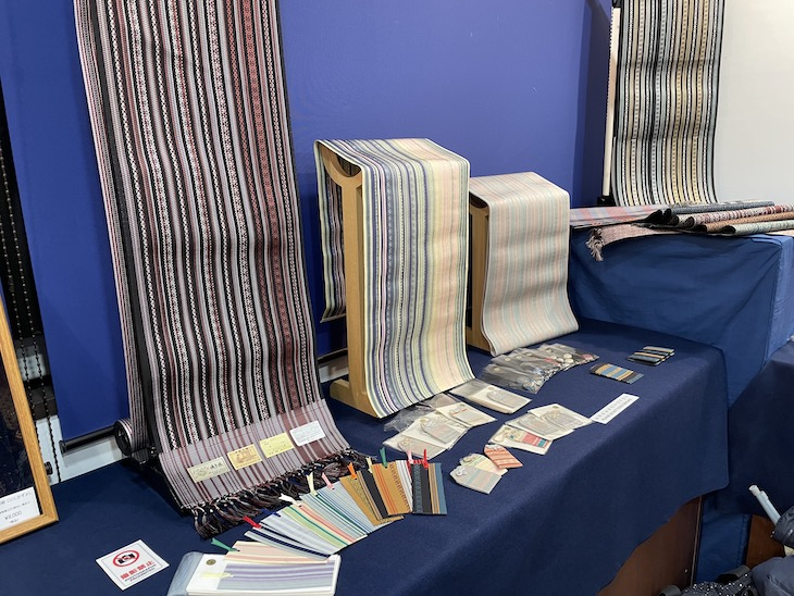 工芸との出会い展で宮嶋美紀制作の博多織の博多帯、しおり、名刺入れ、お守りが展示販売されています